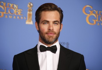 Presenter Chris Pine pose backstage at the 71st annual Golden Globe Awards in Beverly Hills, California January 12, 2014.  REUTERS/Lucy Nicholson  (UNITED STATES - Tags: Entertainment)(GOLDENGLOBES-BACKSTAGE) - RTX17BOS